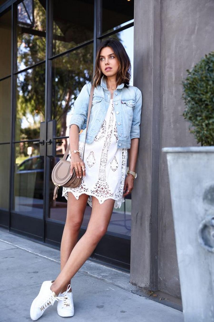 Белое кружевное платье с джинсовкой