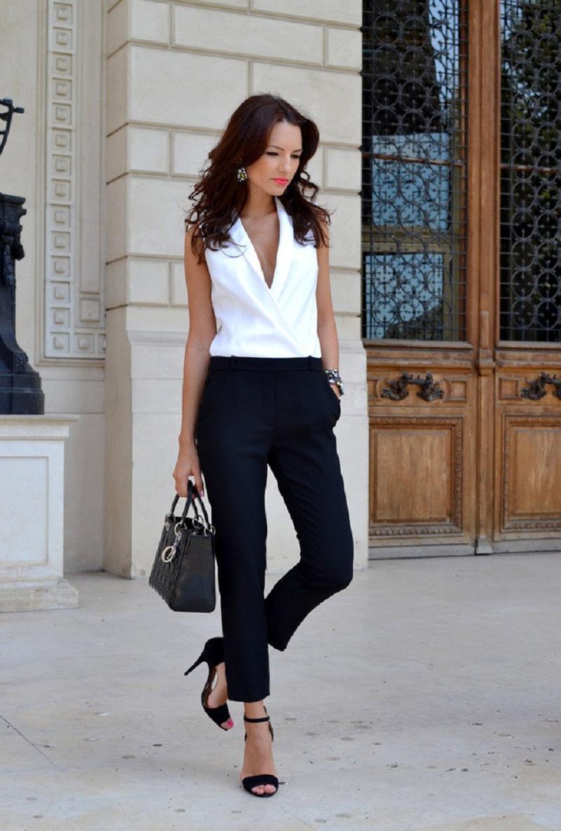 На фото: белая блуза с черными брюками.