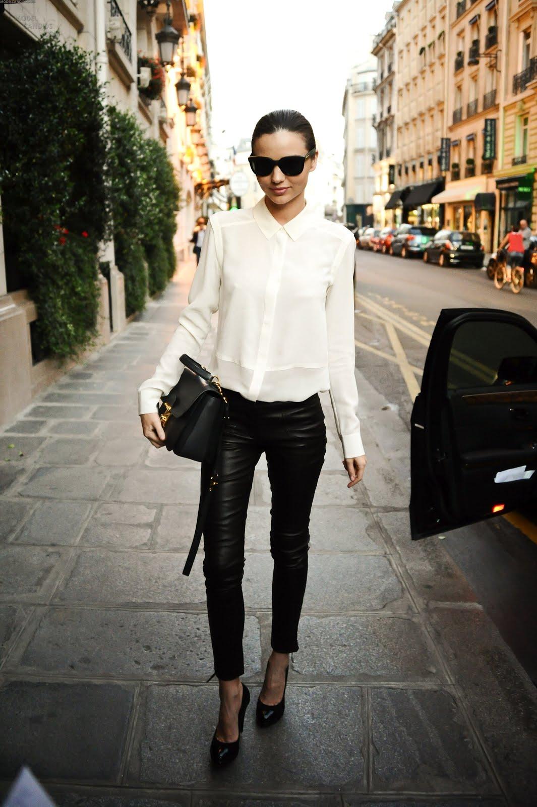 На фото: белая блуза с черными узкими брюками.