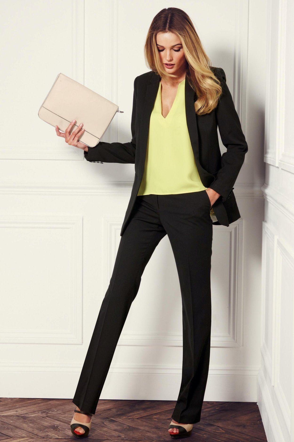 Формальный деловой стиль одежды - черный брючный костюм.