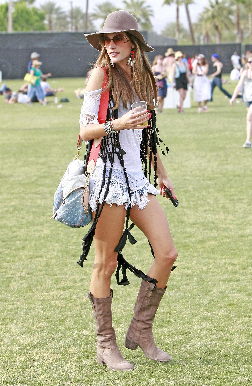 На фото: американский стиль кантри -шляпа, шорты, сапоги.