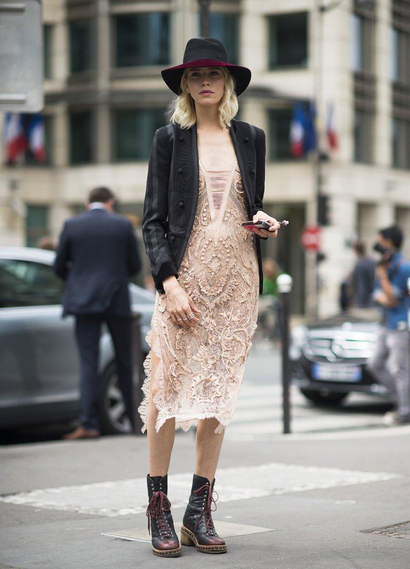 На фото: американский стиль кантри - платье, шляпа, сапоги.