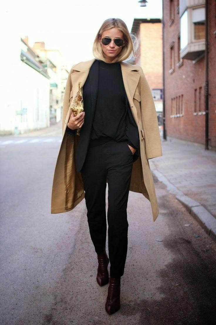 На фото: черные джинсы с блузой и бежевое пальто.
