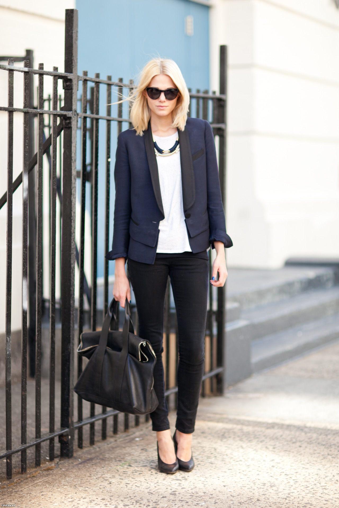 На фото: классический черный брючный костюм с белой блузкой.