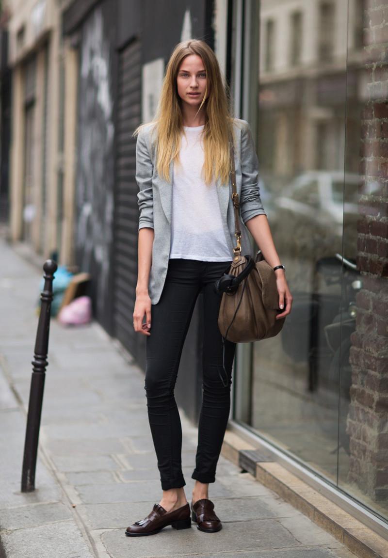 На фото: черные джинсы с белой блузой и пиджаком.