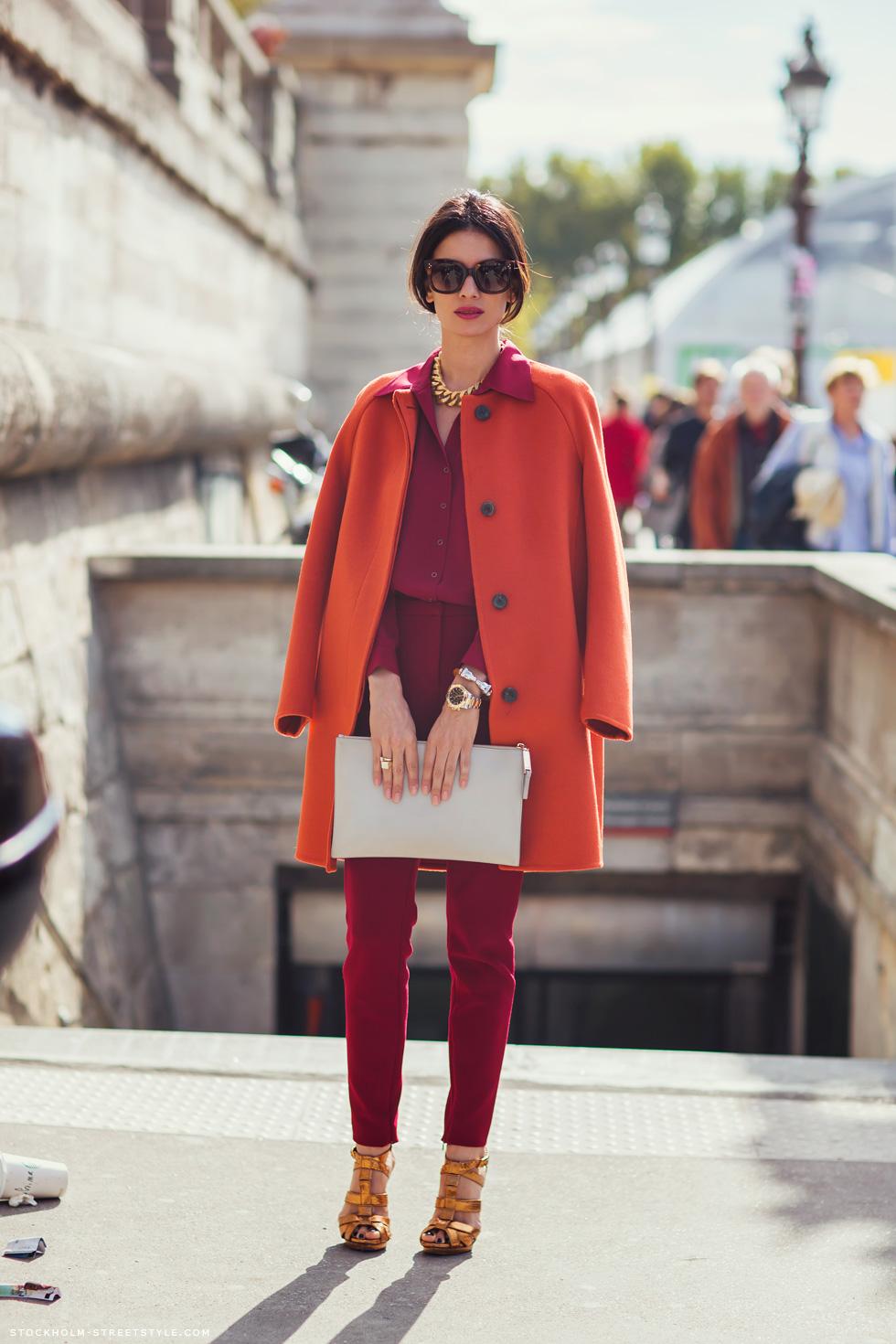 На фото: красное пальто и бордовый брючный костюм.