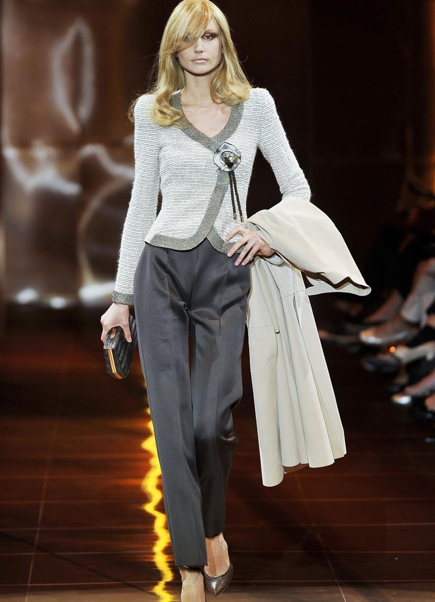 На фото: темно серые брюки и светло серая кофта.