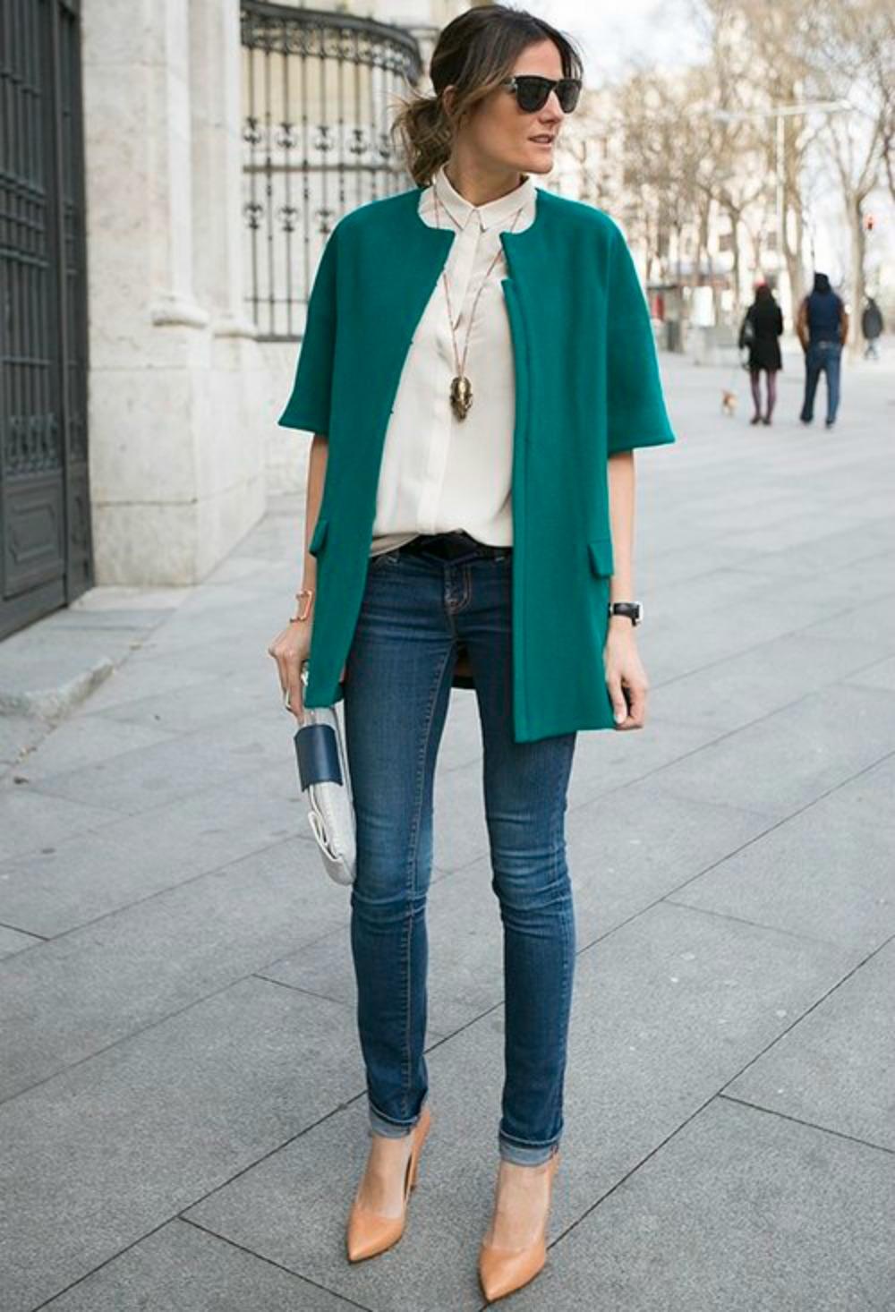 На фото: белая блузка с джинсами и зеленый жакет.