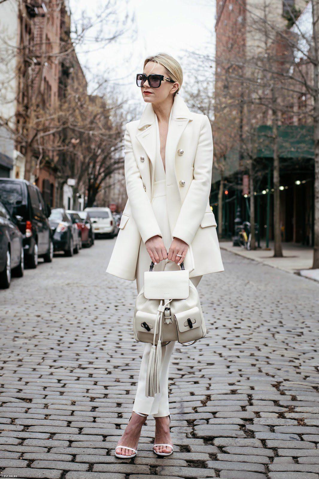 На фото: белый брючный костюм.