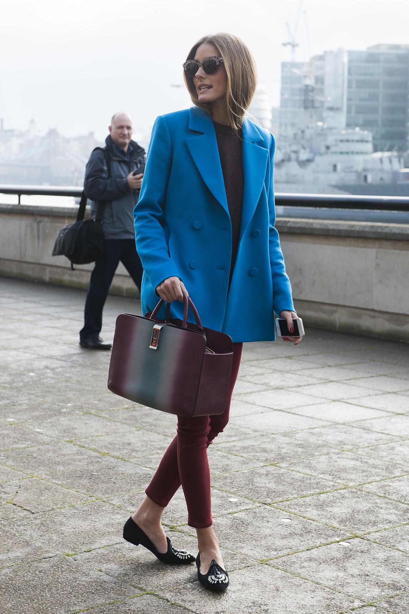 На фото: синий жакет и укороченные узкие брюки.