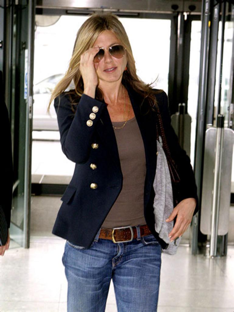 На фото: классический черный приталенный пиджак с джинсами.