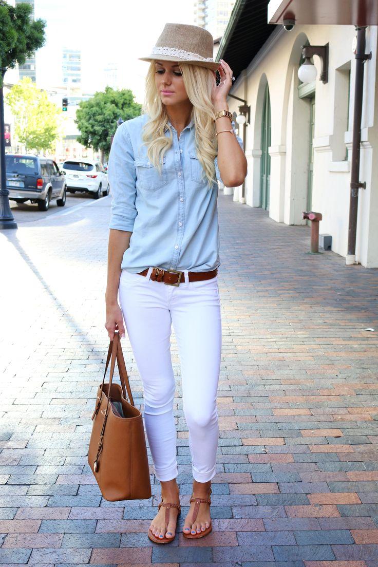 На фото: белые брюки капри и голубая блуза.