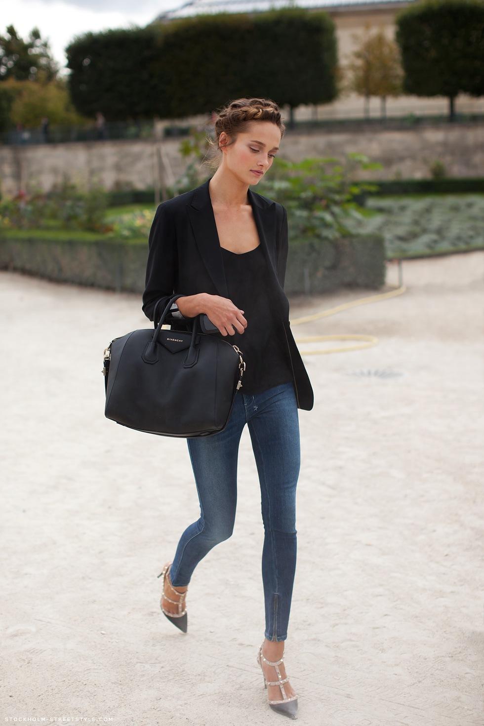 На фото: черный пиджак с блузой и синими джинсами.