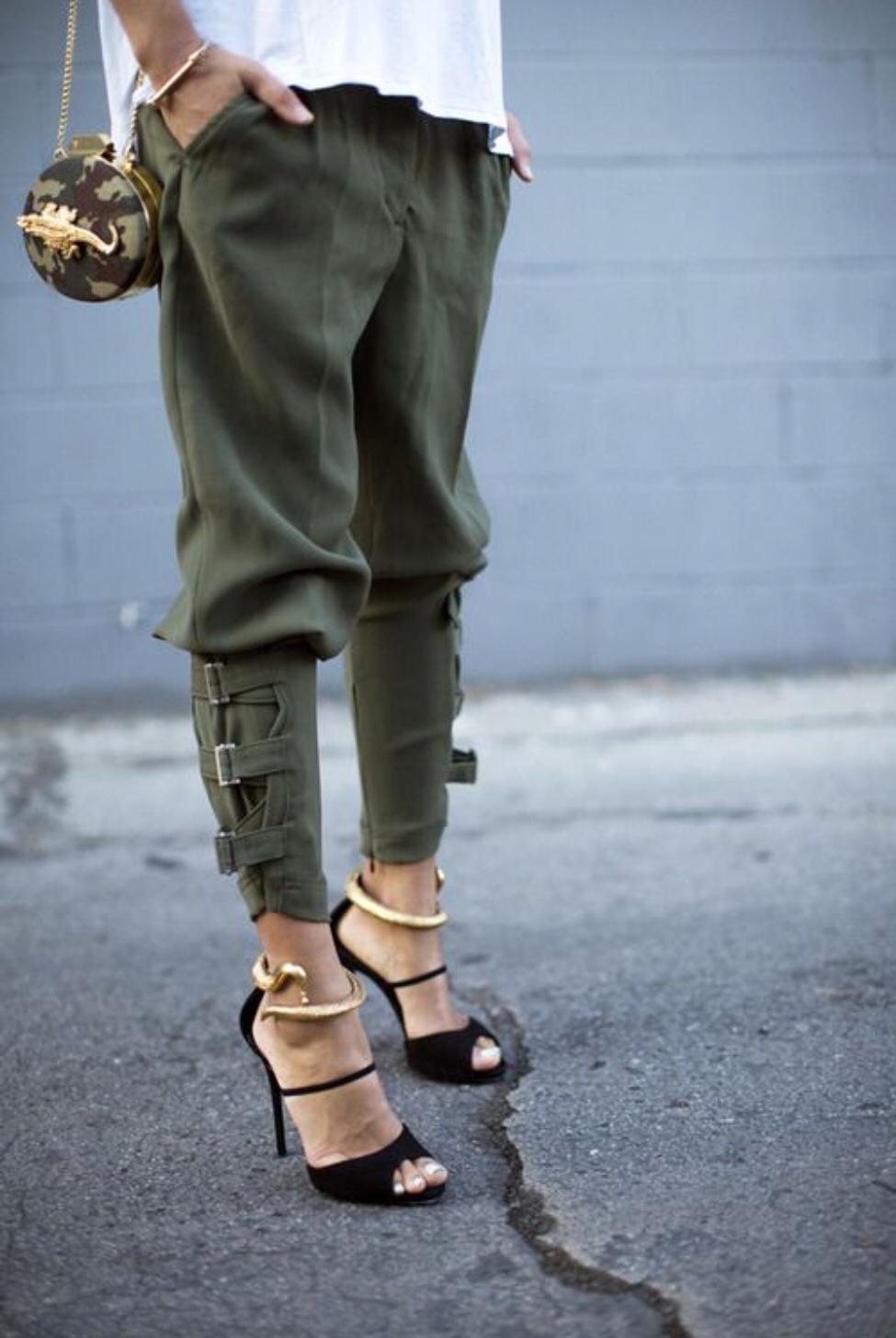 На фото: брюки - галифе в стиле милитари.