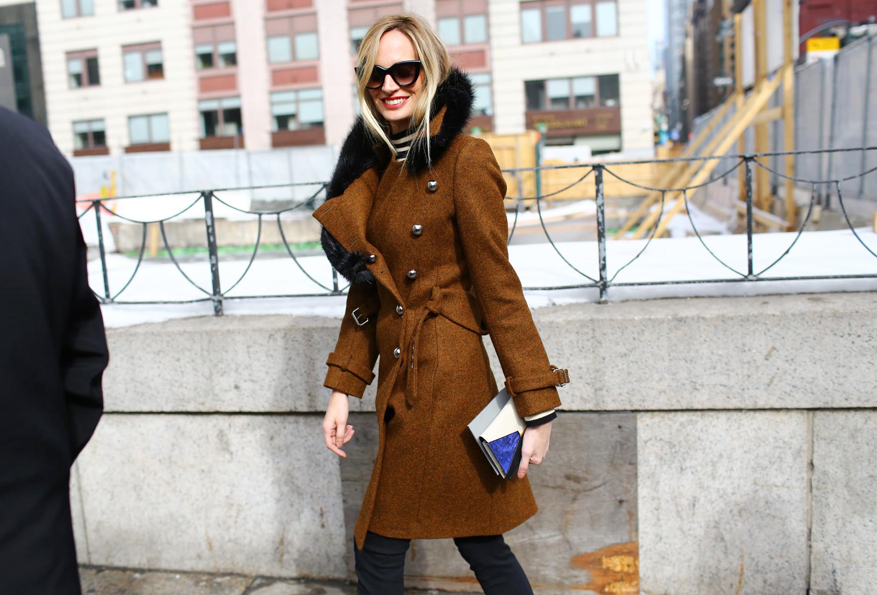 На фото: пальто с воротником в стиле милитари.