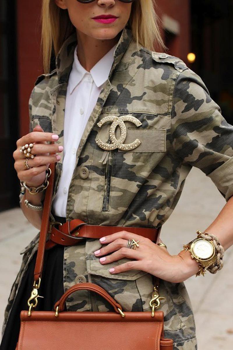 На фото: жакет с вышивкой в стиле милитари.