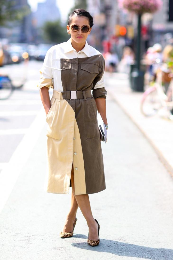 На фото: двухцветное платье с поясом в стиле милитари.
