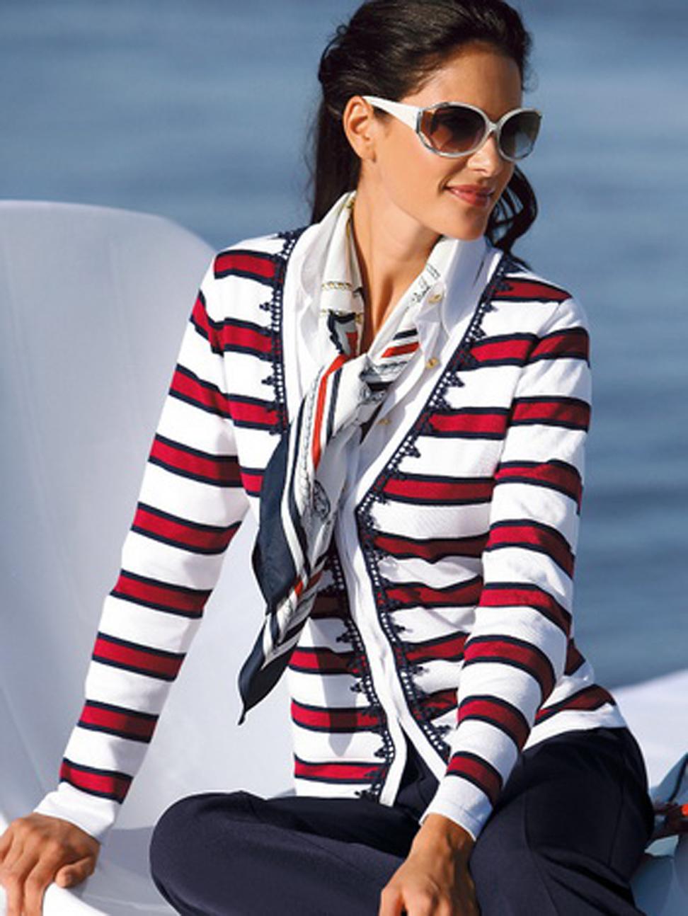 На фото: кофта в горизонтальную красно- синию-белую полоску и платком в морскую тематику.