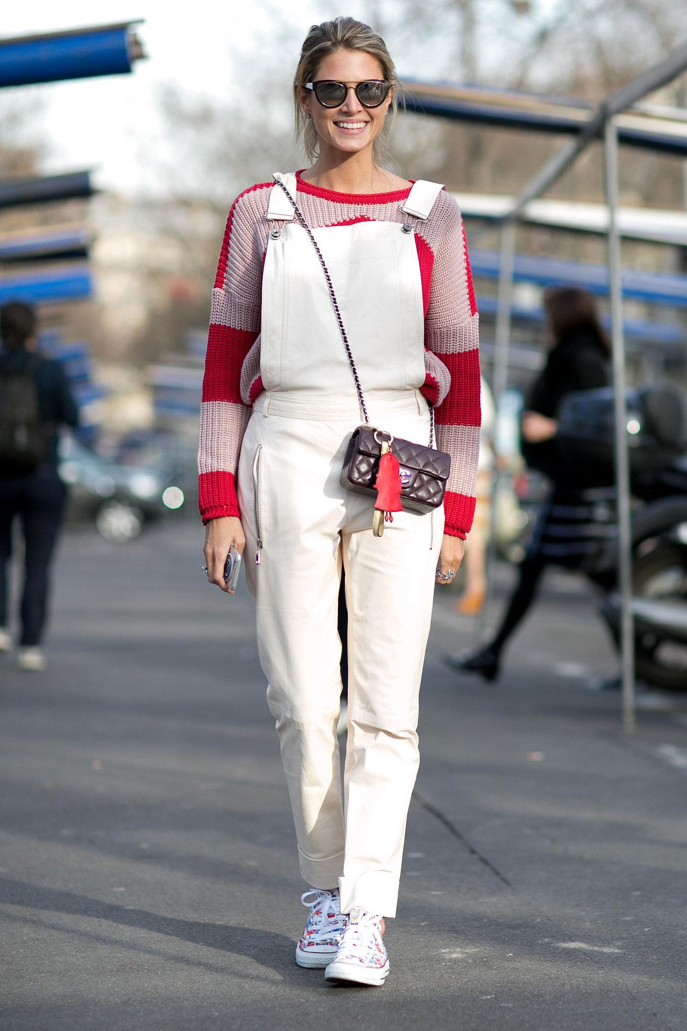 На фото: белый комбинезон с кофтой в крупную красную полоску.