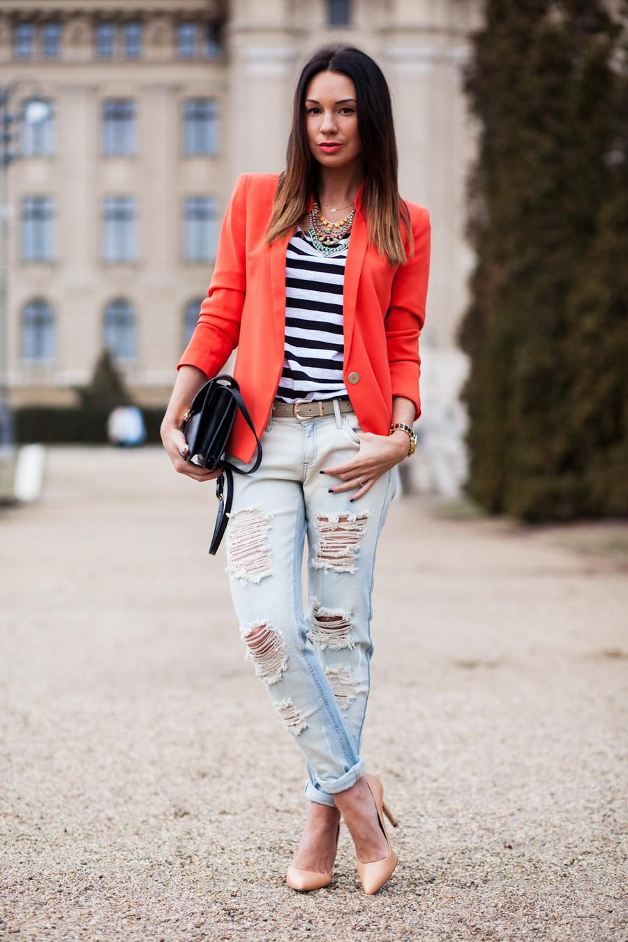 На фото: джинсы блузой в полоску и ярким пиджаком.