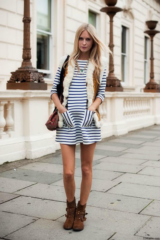 На фото: платье с принтом в полоску.
