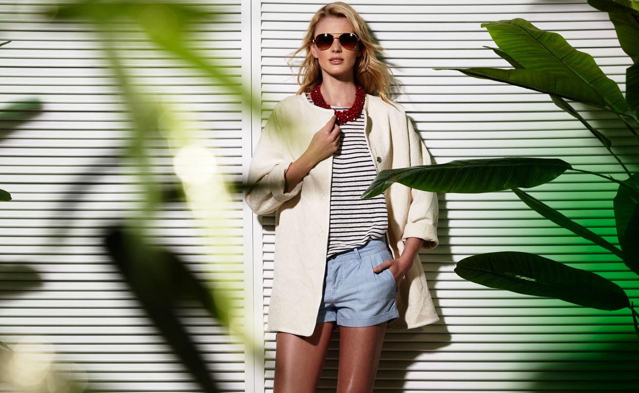 На фото: джинсовые шорты с блузой в полоску и светлым кардиганом.