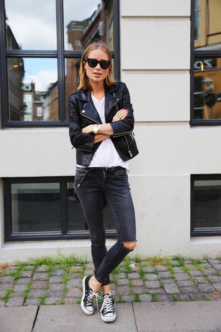 На фото: стиль кэжуал-джинсы с пиджаком и однотонной футболкой.