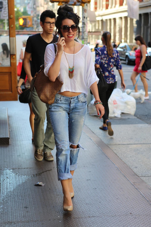 На фото: стиль кэжуал-рваные джинсы с короткой блузкой...