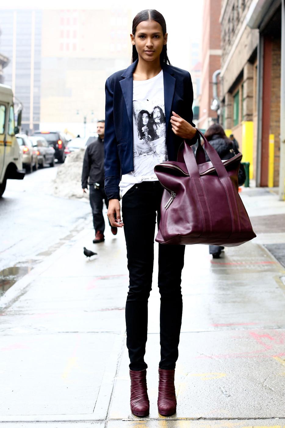 На фото: стиль кэжуал-джинсы с блузкой с принтом и пиджаком.