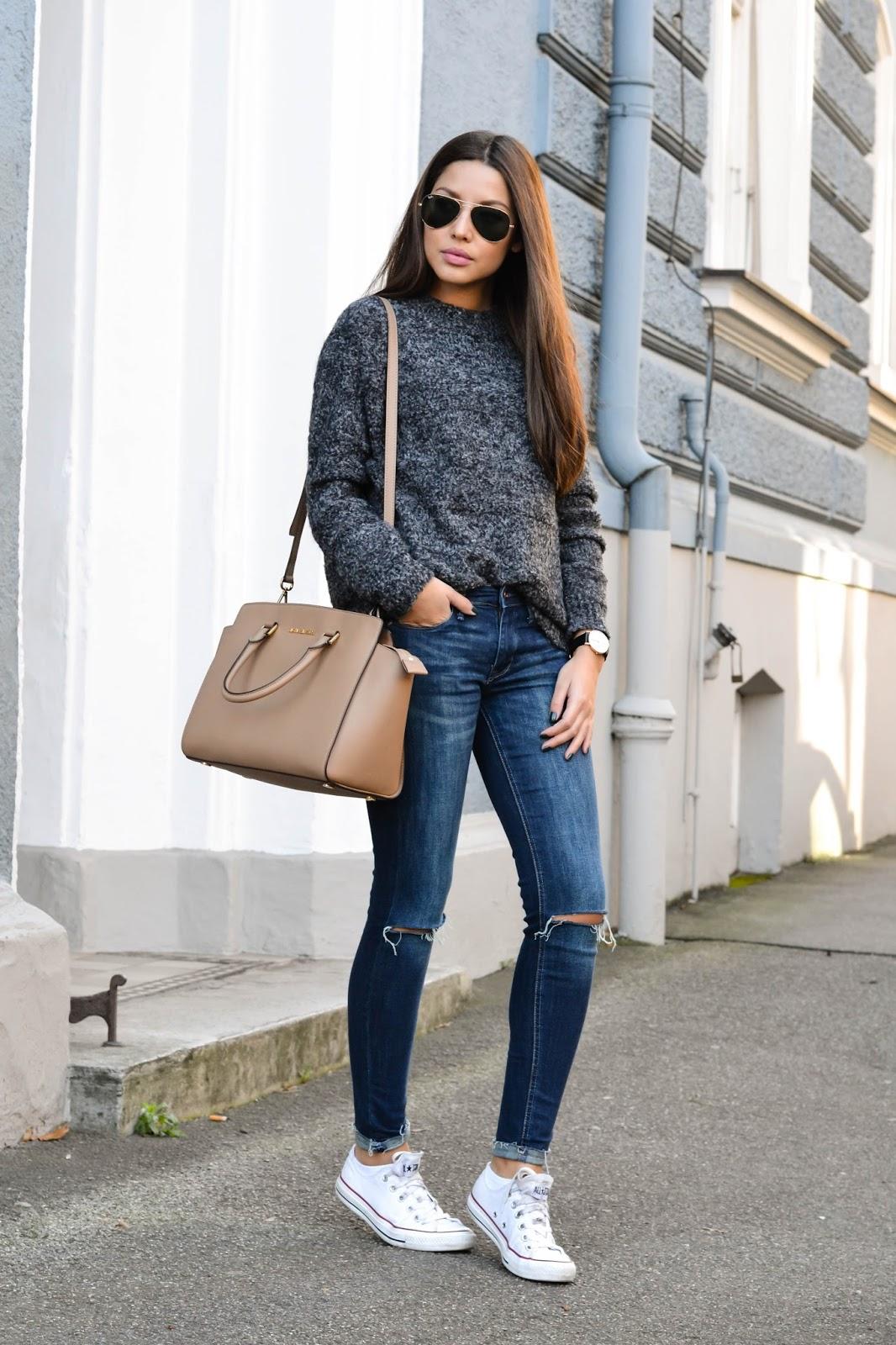 На фото: стиль кэжуал-джинсы с курткой и кроссовками.