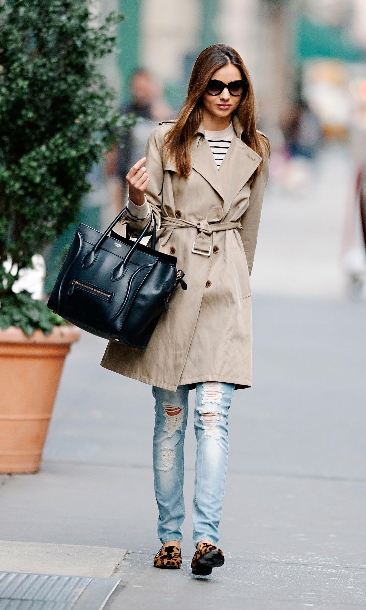 На фото: стиль кэжуал-джинсы с классическим плащем..