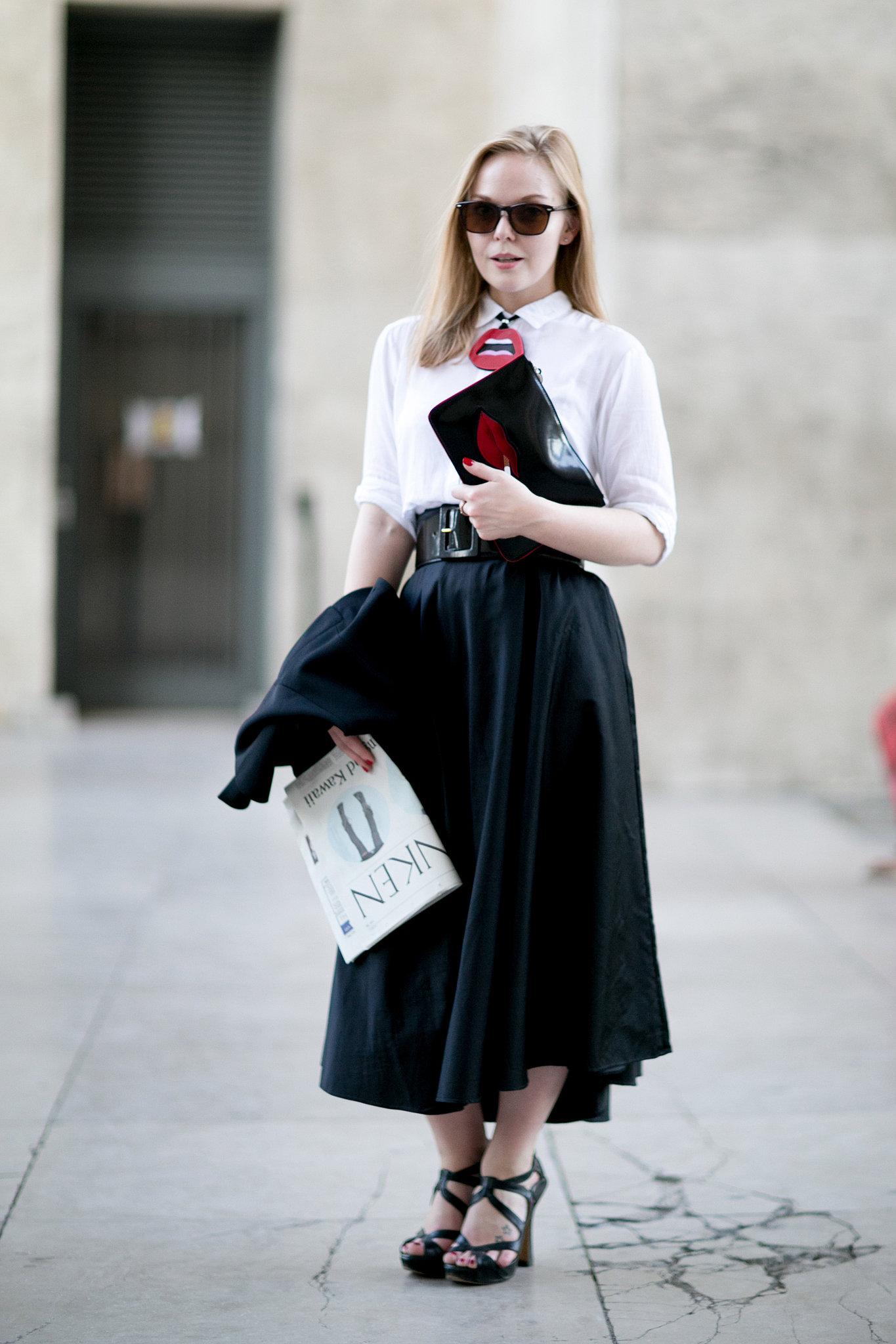 На фото: стиль ретро 50-х годов - расклешённая черная юбка с белой кофтой.