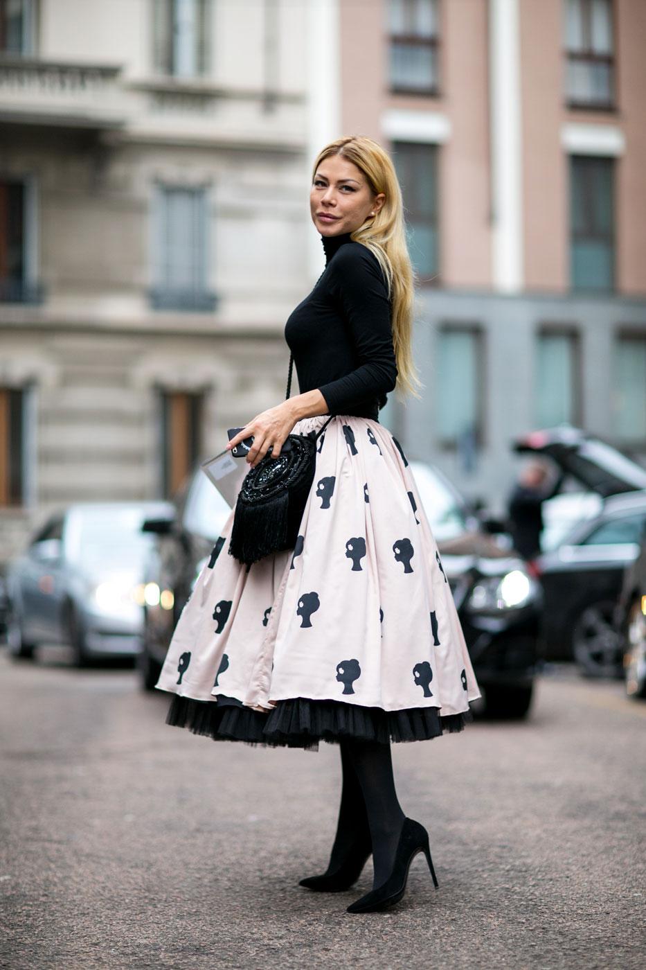 На фото: стиль ретро 50-х годов - расклешённая белая юбка с принтом с черной кофтой.