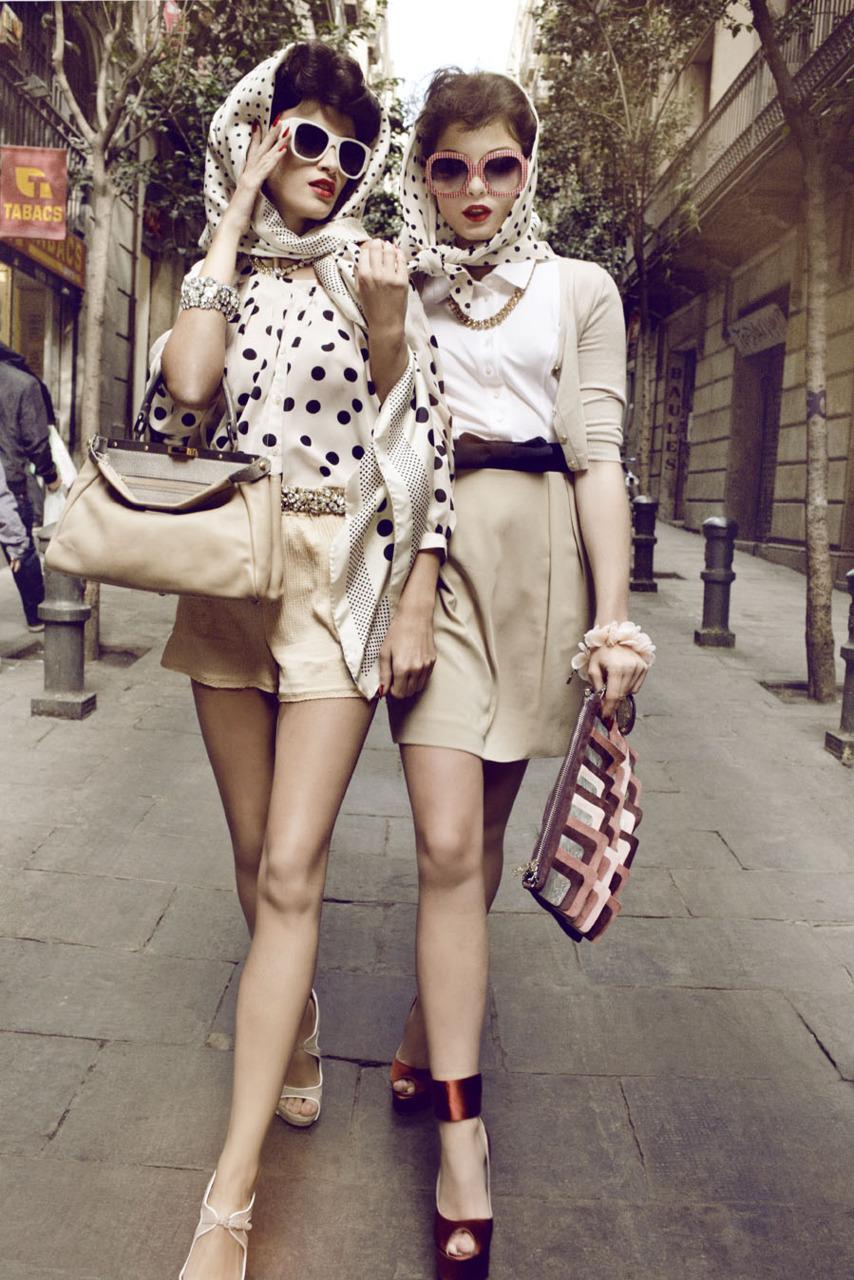 На фото: дежда в стиле ретро 60-х годов мини юбки.