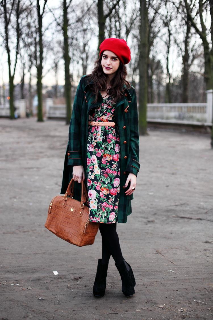 На фото: дежда в стиле ретро 60-х годов - платье с абстрактным рисунком и черным пальто.