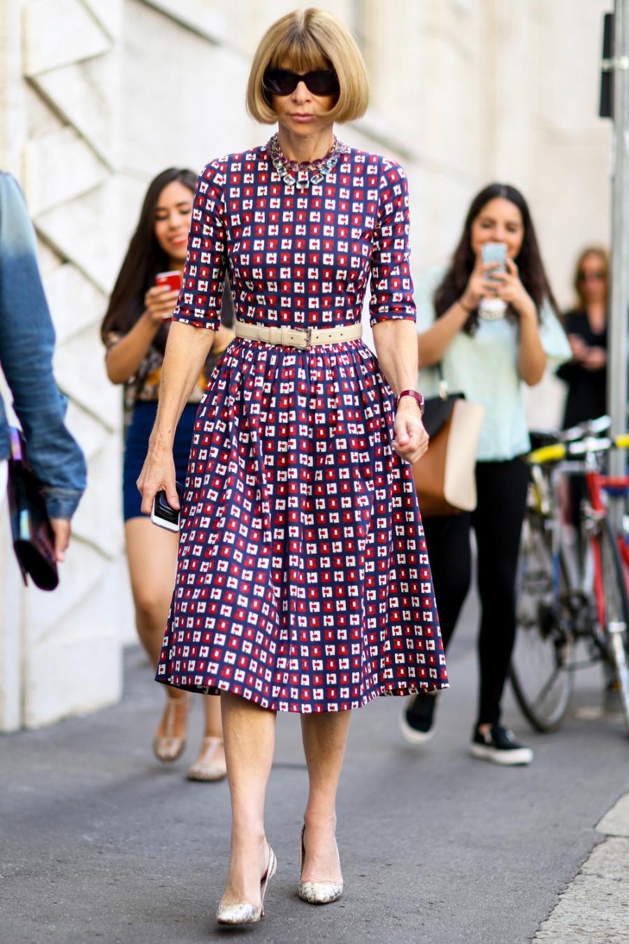 На фото: женственное платье, которые отличает тонкая талия и расклешённая юбка.