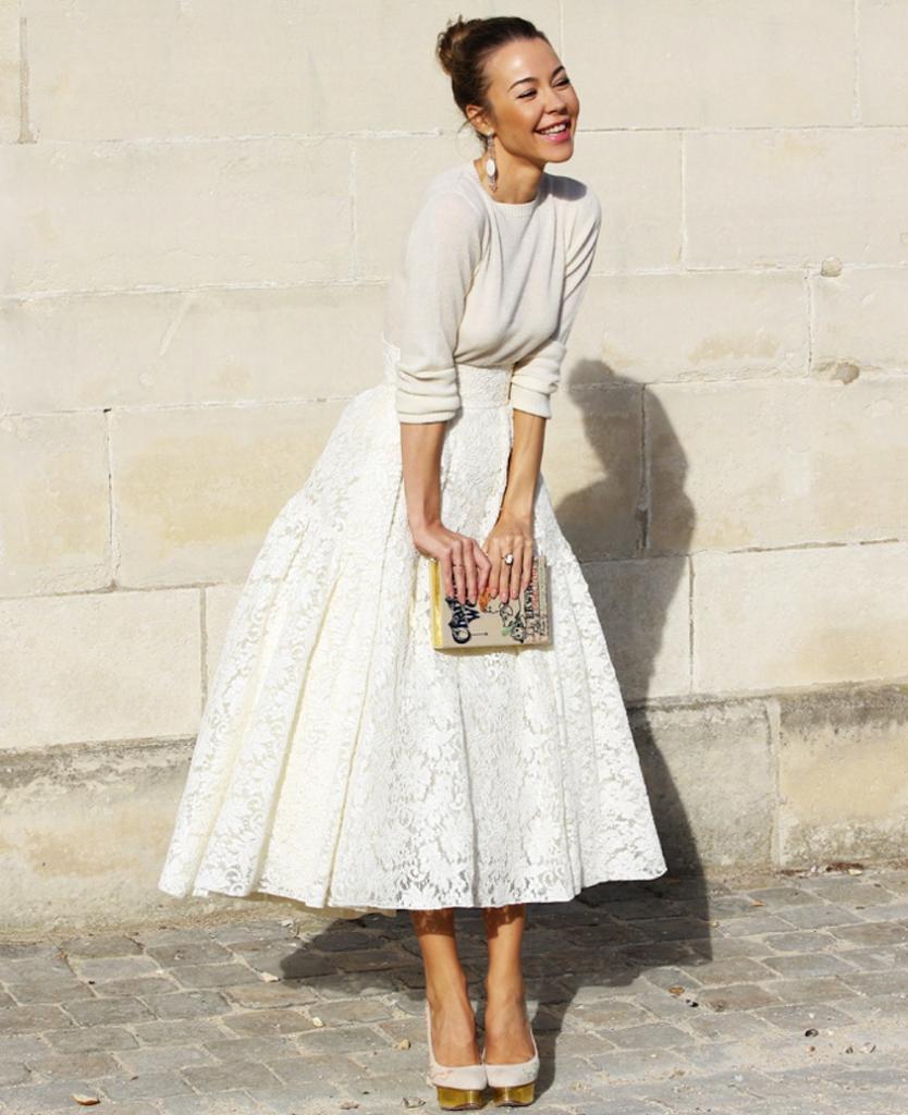 На фото: стиль ретро 50-х годов - расклешённая белая юбка с белой кофтой.