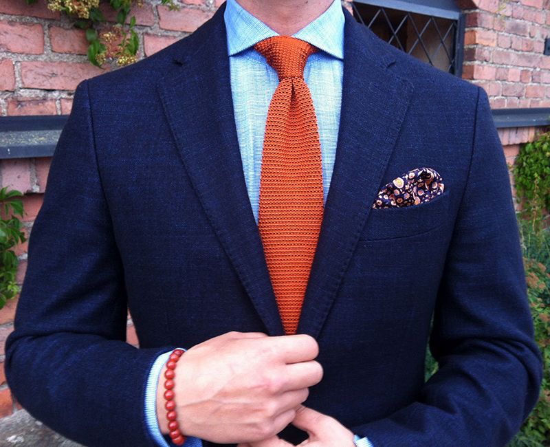Фото – классический красный мужской галстук