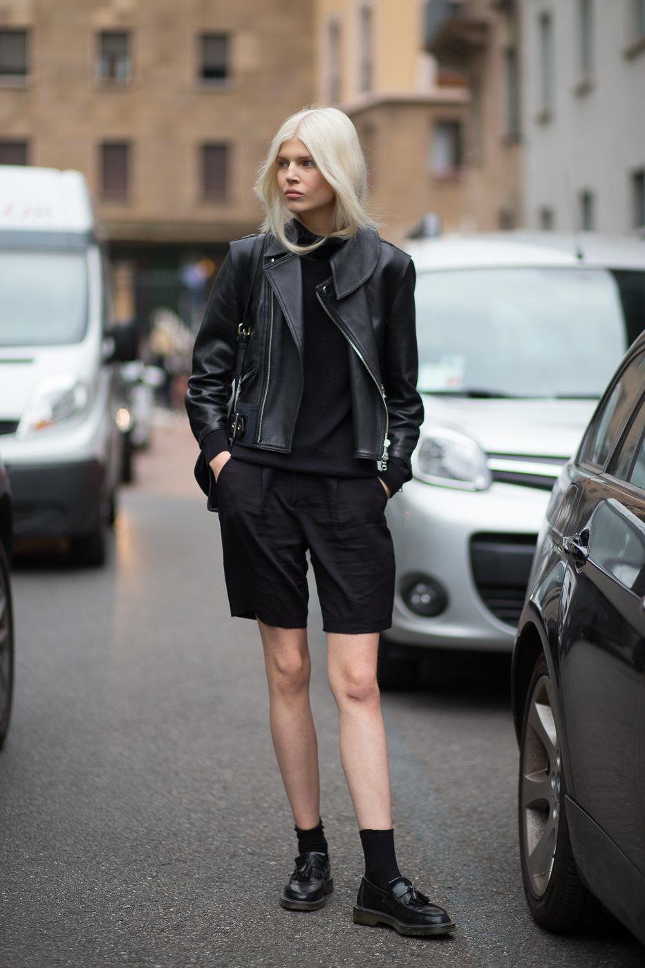 Фото новинка сезона: лоферы с классическими шортами