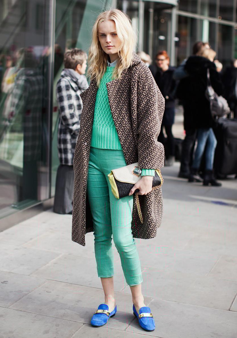 Лоферы с зелеными брюками – фото новинки сезона