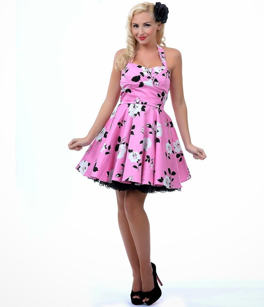 На фото: нежно розовое пышное платье, длиной выше колен.
