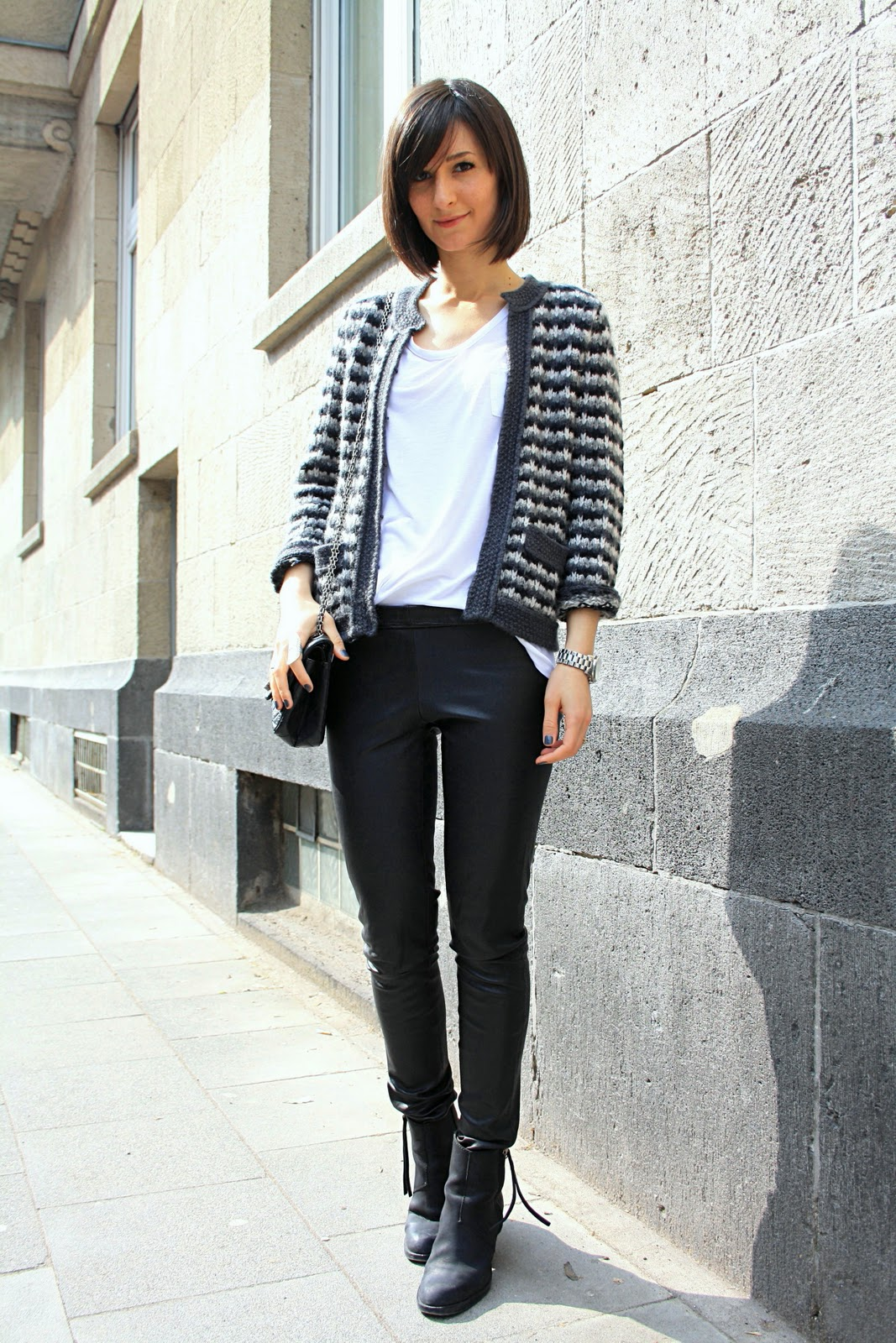 Жакет в стиле Шанель с кожаными брюками - фото стиля Шанель