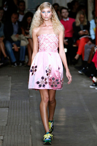 Платья с кроссовками - модный тренд 2013