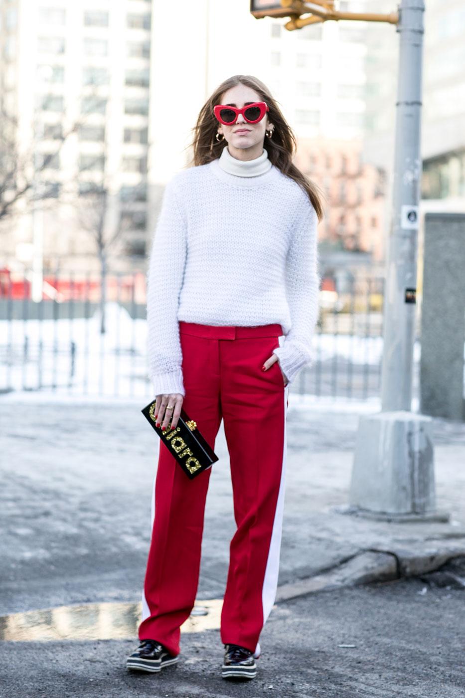 Кофта, заправленная в красные брюки, и все это в сочетании с кедами