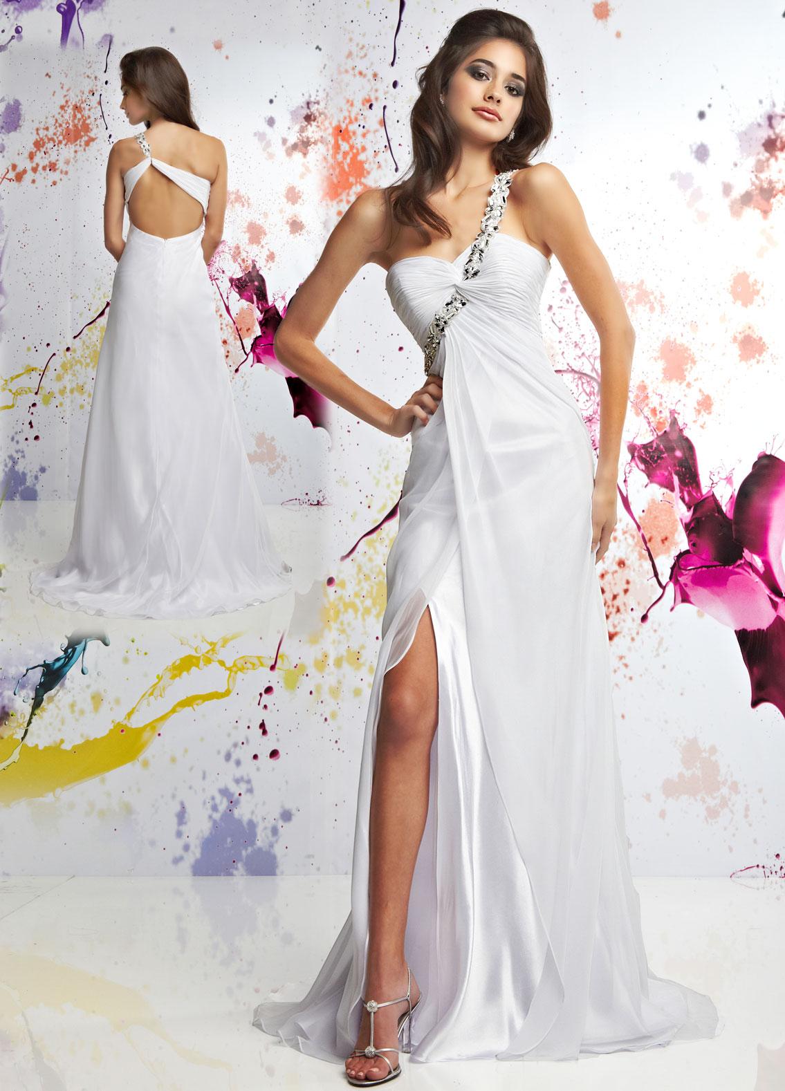 Белое длинное платье с открытой спиной - фото новинки сезона