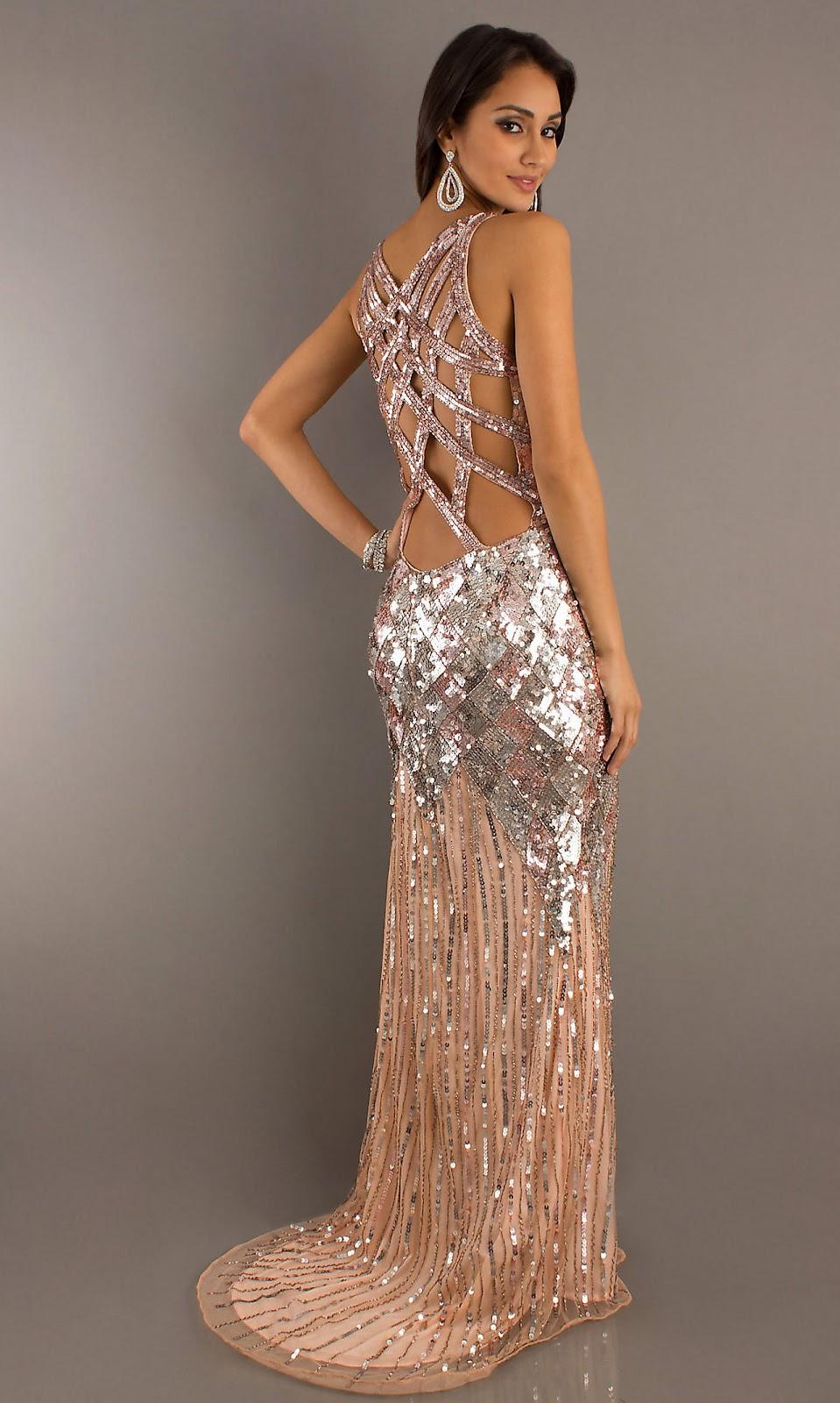 Золотистое длинное платье с открытой спиной - фото новинки сезона