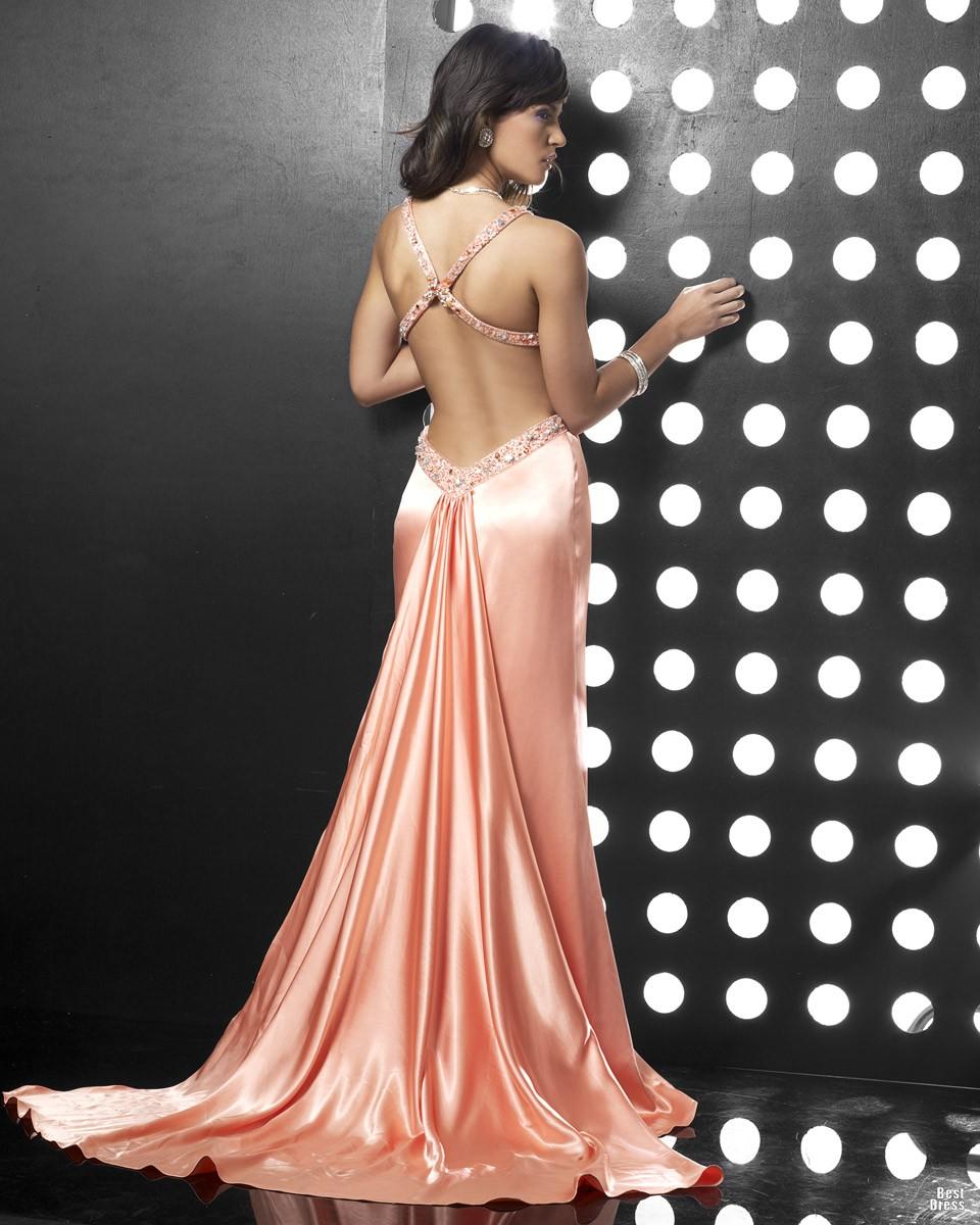 Фото нежно-розового длинного платья с открытой спиной