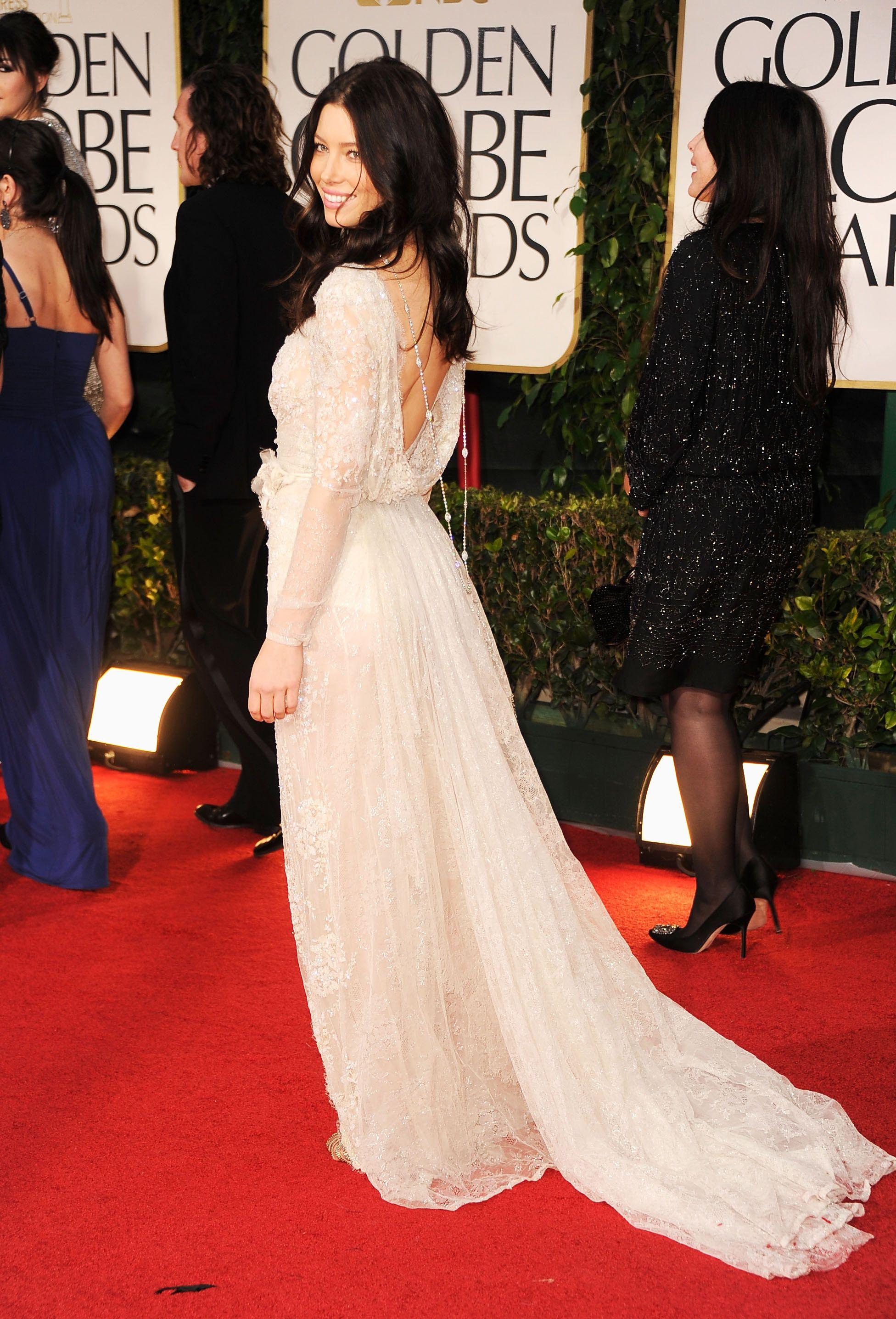 Роскошное длинное вечернее платье с открытой спиной – фото новинки сезона