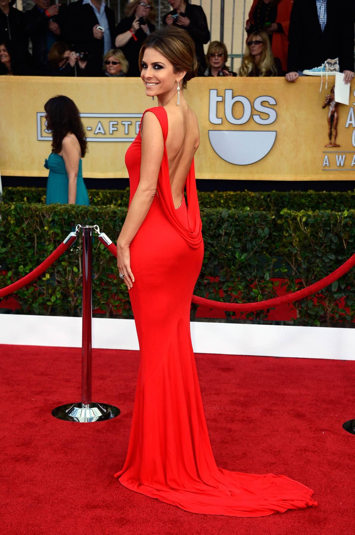 Красное длинное платье с открытой спиной на красной дорожке