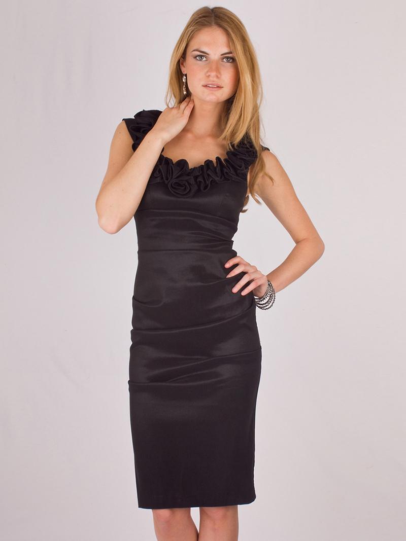 Черное платье футляр с декорированным воротом